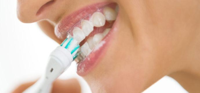 Ultraschall-Zahnbürsten sind normalen Handzahnbürsten weit überlegen und können wertvolle Dienste leisten.
