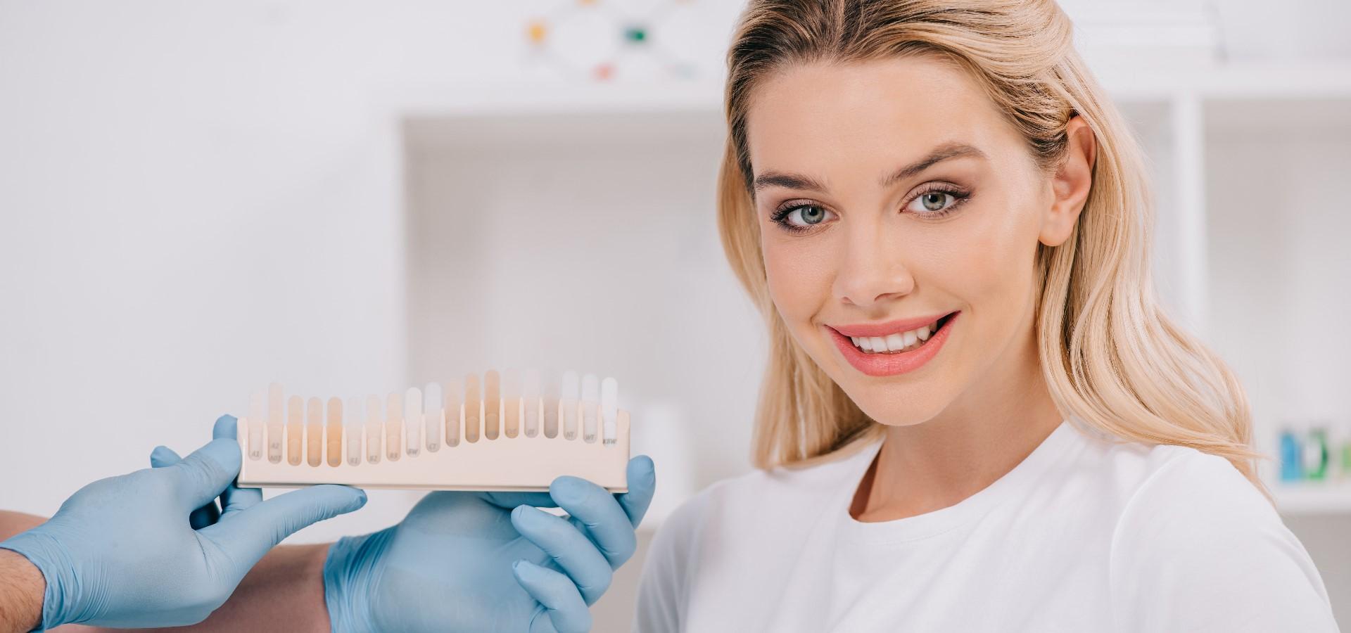 Das Ergebnis des Zahnbleachings ist nicht dauerhaft, da sich mit der Zeit erneut verfärbende Partikel auf den Zähnen festsetzen.